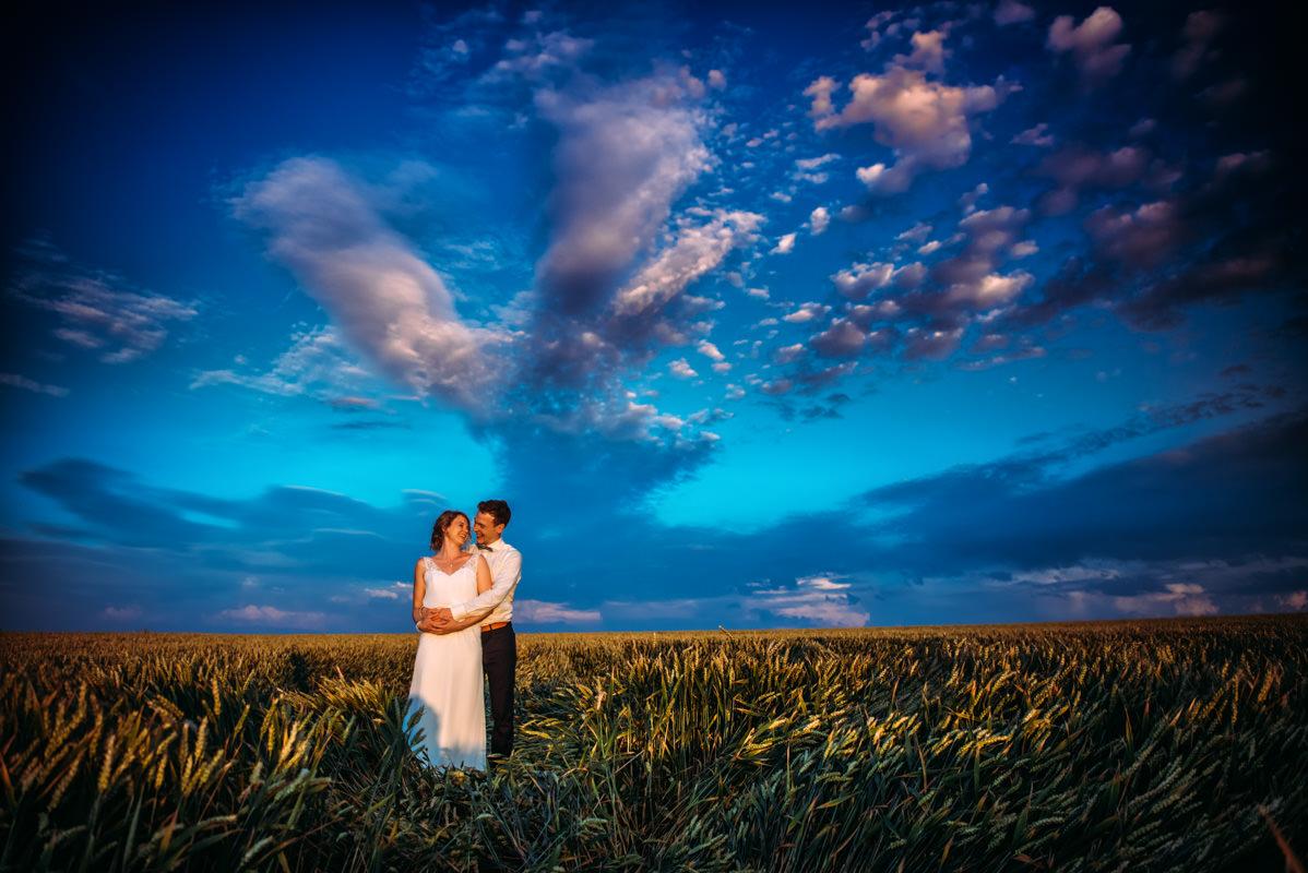 Hochzeitsportraits im Weizenfeld
