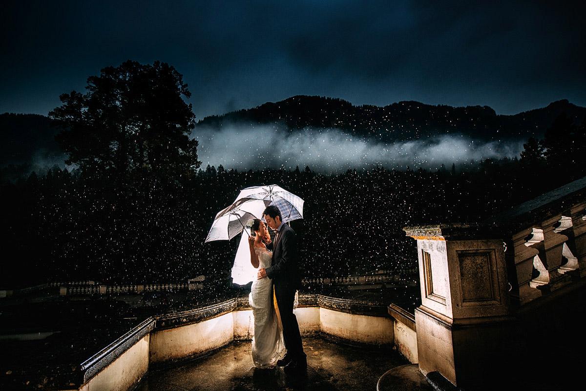 Hochzeitsbild im Regen