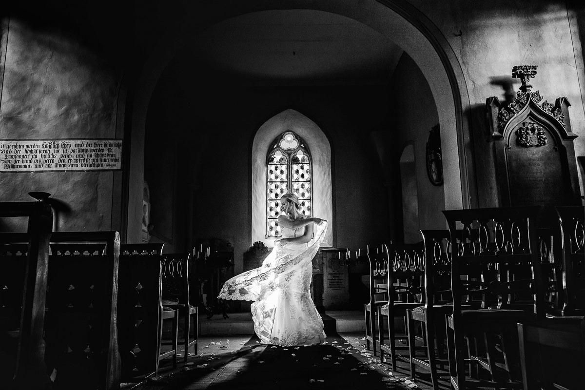 Hochzeitsportrait einer Braut in einer Kirche