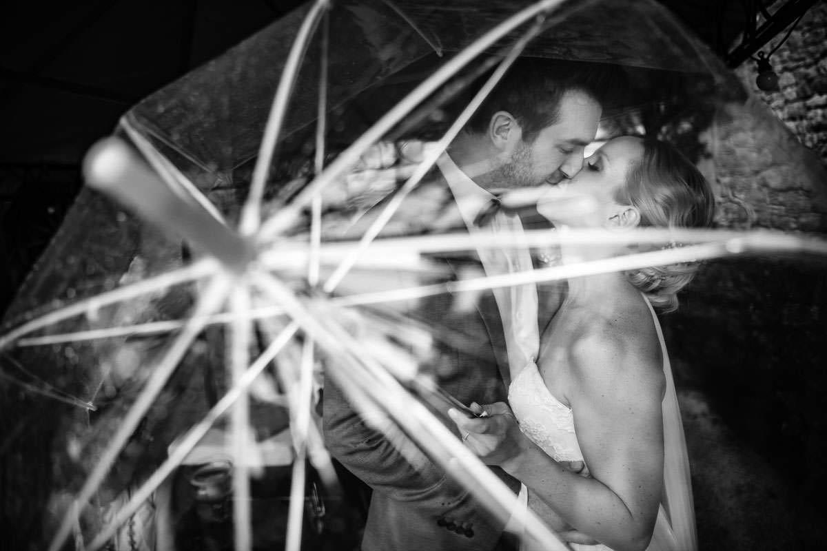 Hochzeitsfoto mit Regenschirm